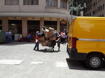 Ramasseurs de cartons chargés sur un caddie pour percevoir un petit revenu _ Photo de Rémy