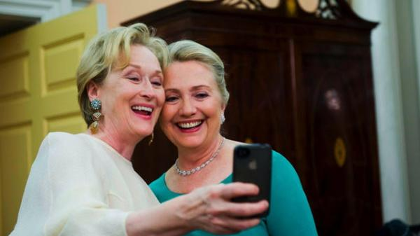 Imagen del momento en el que Meryl Streep y Hillary Clinton se retratan con el teléfono de la actriz en el 2012. La imagen luego fue vendida para apoyar distintas organizaciones de beneficencia.