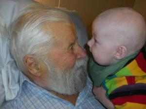 Barnbarn besöker morfar
