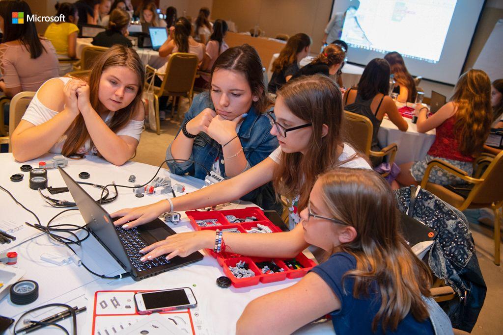 """""""Alisa zamišlja budućnost: Devojčice u STEM AI kampu"""""""