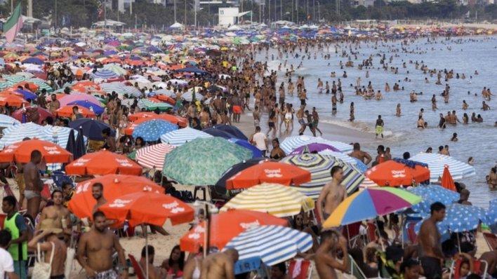Beach-goers crowding on a beach in Rio de Janeiro in February 2021