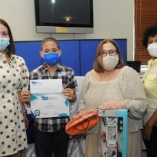 Isaac Blanco fue ganador en el nivel básica. Recibe el reconocimiento de manos de Claudine Nova y Mirna Pimentel, acompañado de su madre Celestina Pérez