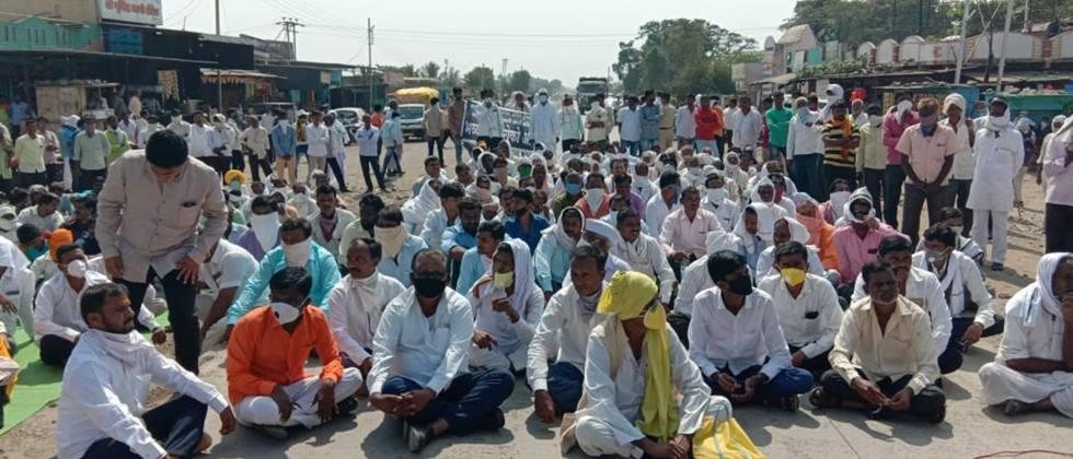 For wet drought in Parbhani Stop the way of the Farmers Struggle Committee