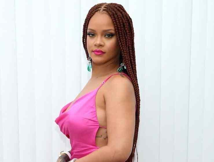 Rihanna Pops Up in New York For Fenty — PHOTOS 1