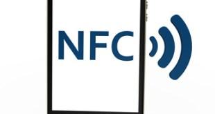 schwarzes Smartphone mit Near Field Communication Symbol auf weißem Hintergrund