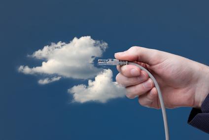 Eine Hand steckt ein LAN-Kabel in eine Wolke im Himmel - Open Innovation