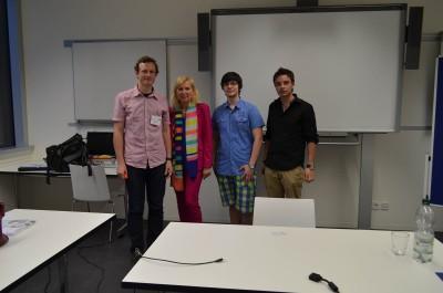 Bild von Studenten und Frau Salmen