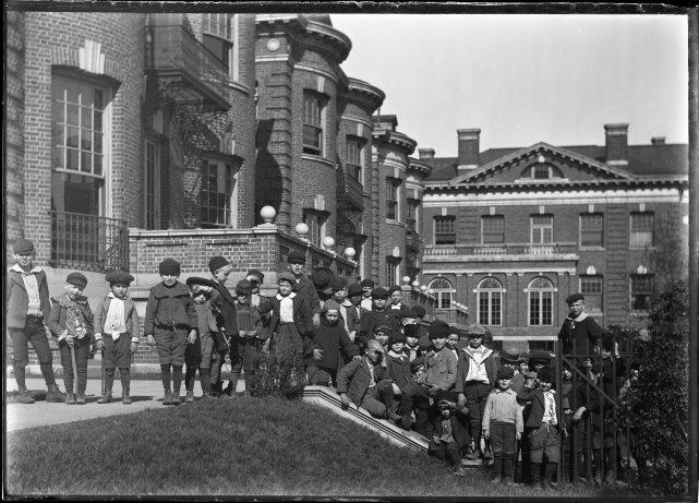 Children outside the Chicago Orphan Asylum, Newberry Library Michaelis B5 no053 02