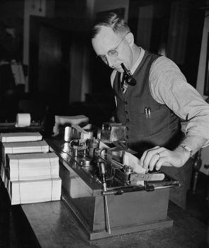 Machine signs 7,000 social security checks per hour with no writer's cramp. 12/14/1939.