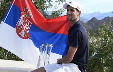 Djokovic posando con el título de Indian Wells