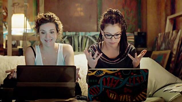 Imagem de duas geneticistas frustradas enquanto leem na internet, da série canadense Orphan Black.