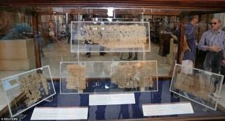 """Os itens em exposição são descritos como sendo os papiros """"mais antigos"""" no Egito. O chefe do museu, Tarek Tawfiq, disse que os papiros retratam a rotina diária dos trabalhadores, que também transferiram material de construção do porto do Mar Vermelho para Gizé."""