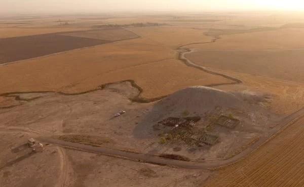 Os arqueólogos usam cada vez mais a tecnologia para entender como os sites se encaixam em seu ambiente e para documentar sites em risco. Aqui, um drone capturou um sinal (um monte indicando acúmulo de assentamentos antigos) na região do Curdistão no Iraque. Jason Ur , CC BY-ND