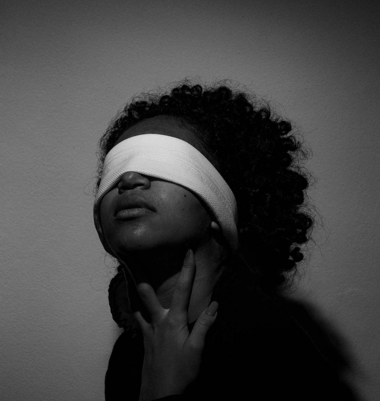 Mulher vendada, imagem ilustrativa. Pessoas nascidas cegas são misteriosamente protegidas da esquizofrenia. (Foto: Bruno Feitosa / Pexels)
