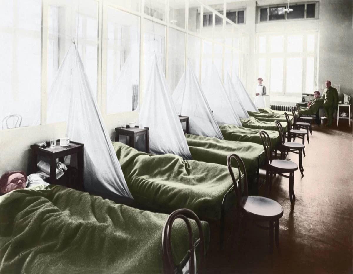 Aqui estão 10 das piores epidemias e pandemias, desde os tempos modernos até a pré-história. Imagem: Uma enfermaria de gripe em um hospital do exército americano na França durante a pandemia de gripe espanhola de 1918. (Shutterstock)