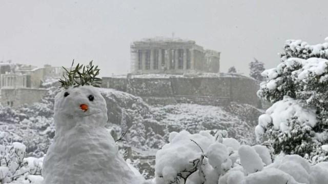 Boneco de neve na acrópole de Atenas