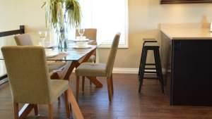 Küche mit Sockelleiste an der Wand