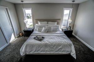 Weiße Sockelleisten in einem Schlafzimmer mit Teppichboden