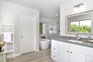 Badezimmer mit wasserfesten Sockelleisten