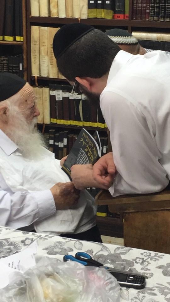 הרב קנייבסקי קיבל ספר