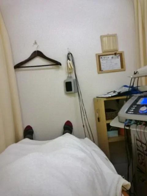 ベッドは短く足が余って空中に浮いた状態。こういう時デカイとコマリマス
