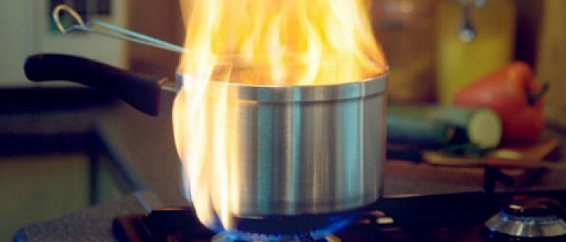 Fogo na cozinha: por que não jogar água na panela com óleo? – Só EPI não  basta