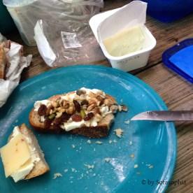 39_Brot mit Studentenfutterbelag zum Frühstück