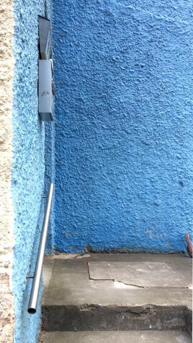 Blaue Wand mit Treppenstufen