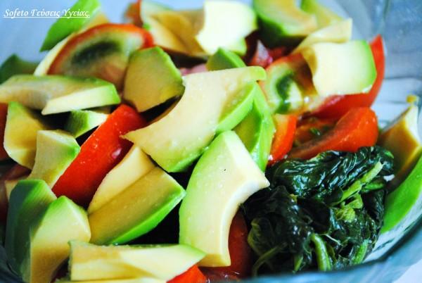 Καλοκαιρινή σαλάτα με βλίτα , ντομάτα και αβοκάντο.