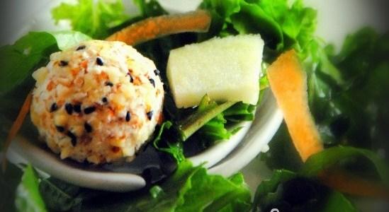 Τυρομπαλίτσες με βρώμη και αμύγδαλα σε πράσινη σαλάτα!