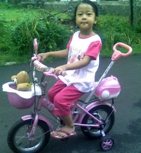 Sofia dan Sepeda Pinknya