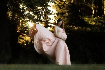 gravid lyserød kjole kigger ned