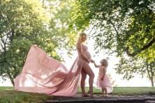 gravid lyserød kjole med datter