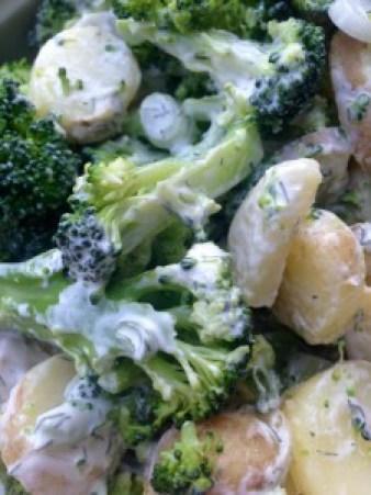 Broccolisalat med kartoffel og forårsløg