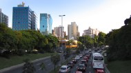 Just outside the parqão, there's lots of traffic and big buildings!