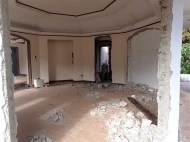 At our last stop there was a big empty house in ruins. Don't know what happened here, but it looked like an old school or something..