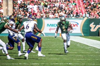 41 USF vs ECU 2016 - USF RB Marlon Mack rushes up field with ECU SS DaShawn Benton trailing (4623x3086)