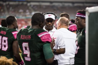 71 - UConn vs USF 2016 - USF Coach Willie Taggart speaking to QB Quinton Flowers RB Marlon Mack (6016x4016)