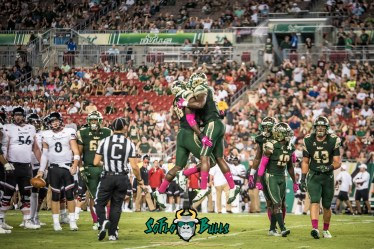 89 - Cincinnati vs. USF 2017 - USF DE Mike Love by Dennis Akers | SoFloBulls.com (5492x3666)