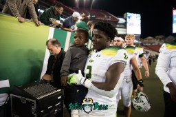 161 - Tulsa vs. USF 2017 - USF RB D'Ernest Johnson with his son by Dennis Akers | SoFloBulls.com (6016x4016)