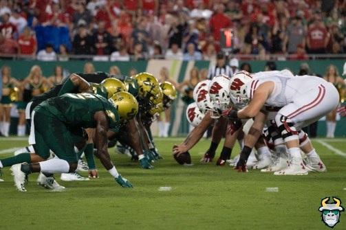 77 – Wisconsin vs USF 2019 – USF DL vs. Wisconsin OL by David Gold – DRG05925