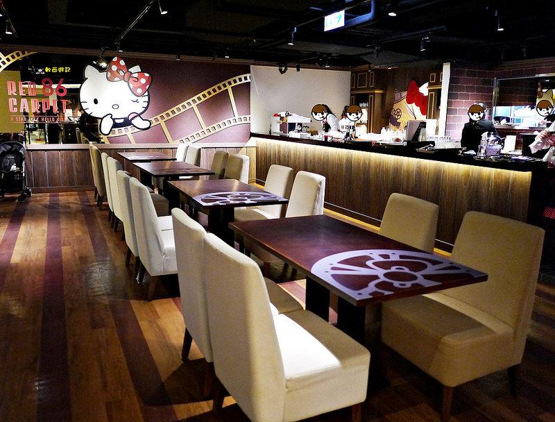 [食記]林口三井 Hello Kitty Red Carpet美式餐廳  Hello Kitty主題餐廳 Kitty拉花 尖叫吧!少女心超可愛主題餐廳 Kitty迷絕對不要錯過! 威秀旗下主題餐廳