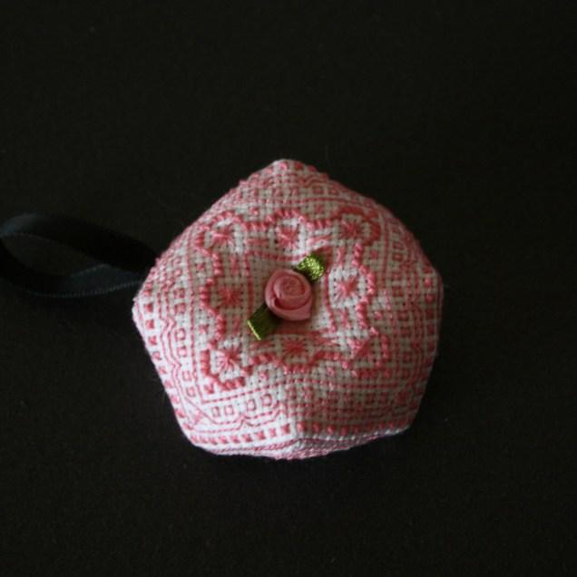 biscornu-rose-blanc-sablaise01