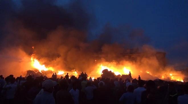 Long An: Cháy lớn tại công ty sản xuất keo nhựa, 2.000 m2 nhà xưởng bị thiêu rụi - Ảnh 2.