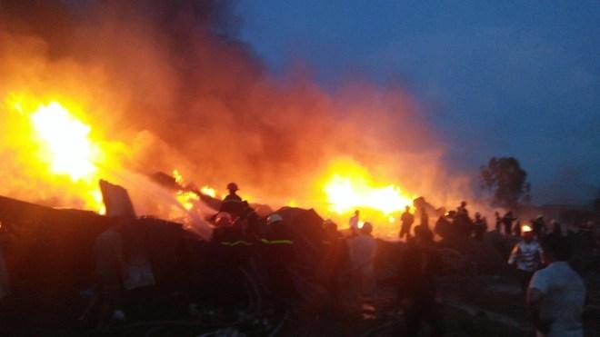 Long An: Cháy lớn tại công ty sản xuất keo nhựa, 2.000 m2 nhà xưởng bị thiêu rụi - Ảnh 4.