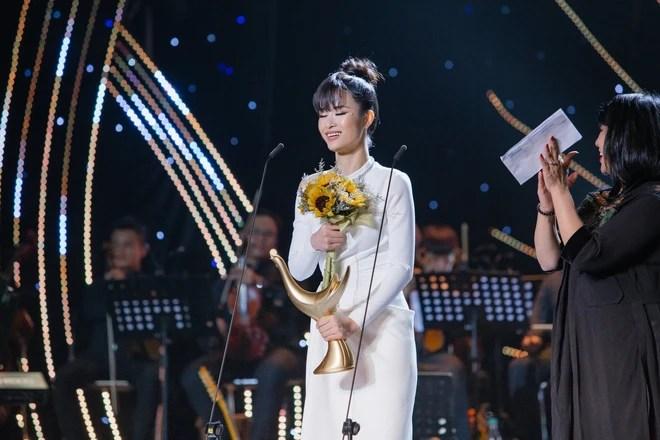 Lệ Quyên lên tiếng khi bị chất vấn tin đồn mỉa mai Đông Nhi hát khó nuốt vẫn được giải ca sĩ của năm - Ảnh 3.