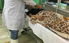 Khoa cấp cứu ngập, bác sĩ mang ủng điều trị bệnh nhân