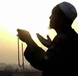 gambar orang sedang berdoa