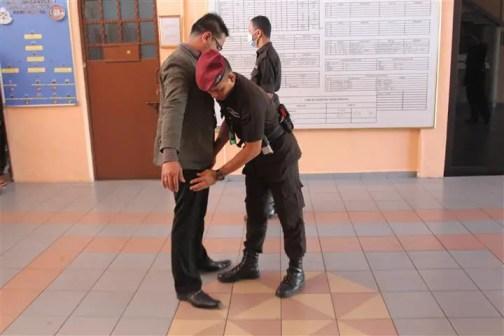 pemeriksaan rapi sebelum memasuki penjara
