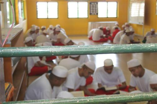 penghuni penjara sedang membaca Al-Quran